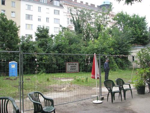 Daher wird das Gelände nicht nur von einer Securityfirma innen, sondern auch von den AnrainerInnen außen laufend bewacht.