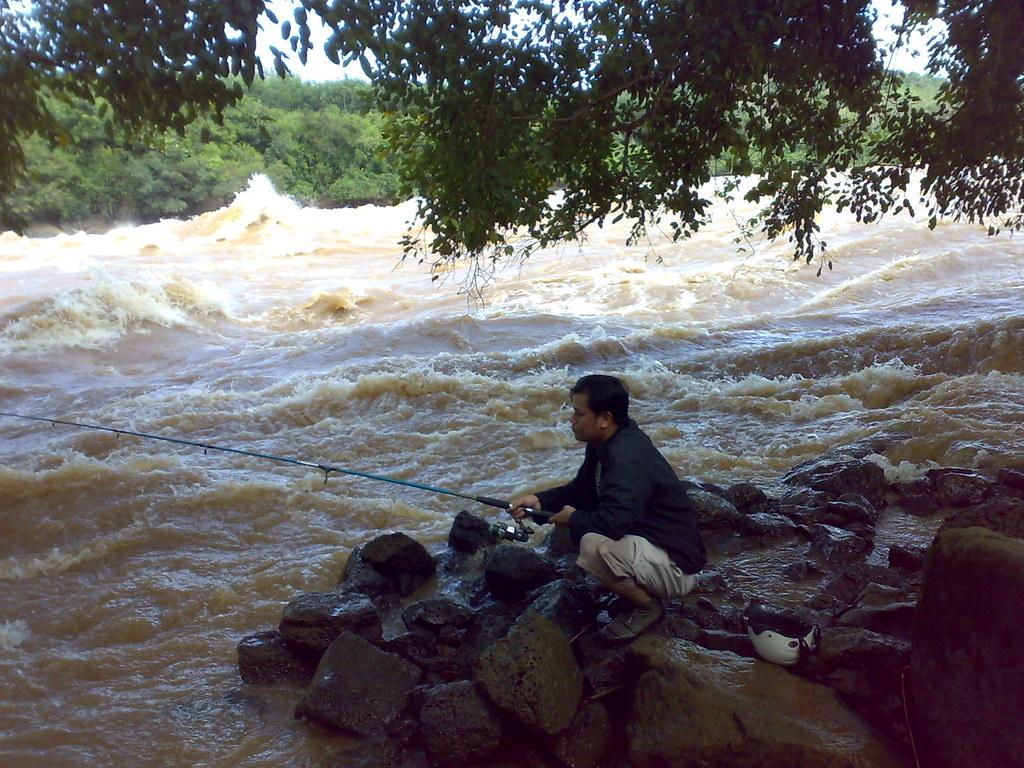 Câu cá bên dòng thác dữ