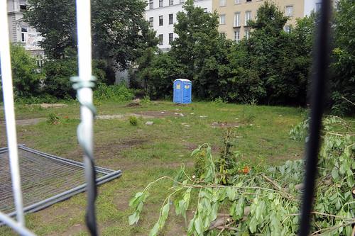 Das Zeltdorf am Augartenspitz ist geräumt, ein Dixieklo hat die Besetzung übernommen, ein Bauzaun sperrt das Gelände ab.