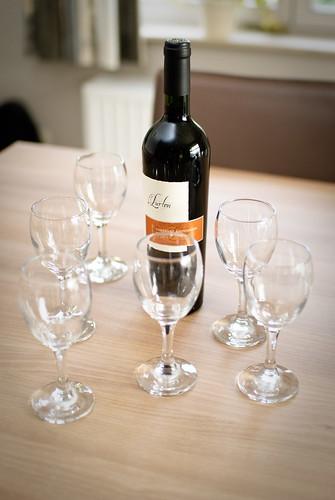 Argentijnse wijn en zes glazen