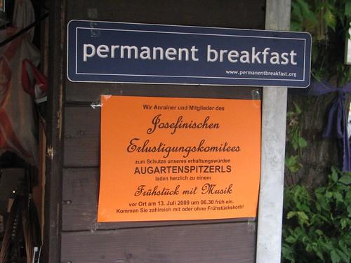 Und!: permanent! mit permanent breakfast vor dem Bauzaun!