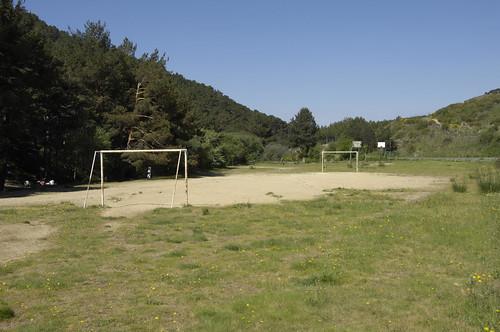 Varias pistas deportivas y unos columpios para hacer algo de deporte se suman al equipamiento