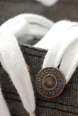 Levi's 系列的鞋帶孔洞處都會裝飾上一個經典鉚釘