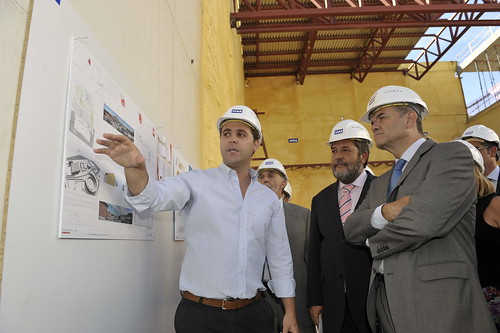 Manuel Chaves atendiendo las explicaciones del arquitecto