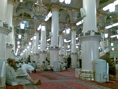 Bahagian dalam Masjid Nabawi, Madinah.