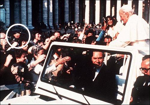 La pistola de Mehmet apuntando al Papa