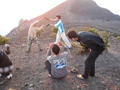 Verückte Indonesische Tiermedizin Studenten auf einem Hochrisiko Vulkan