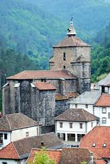 Casas e iglesia de Santa Engracia vistas desde el camino de subida al cementerio.
