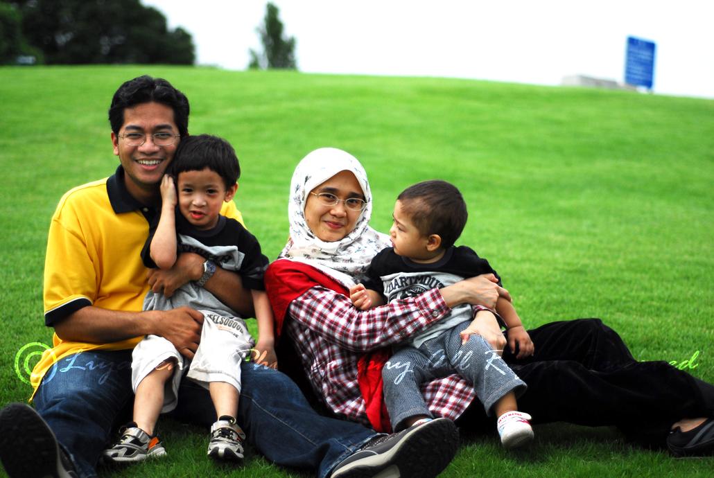 Family Portrait..Falah suke sgt la tgk Umar everytime amik gambar sama2..huhu..