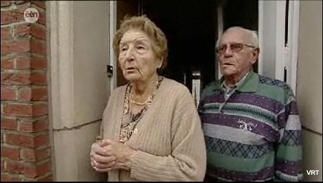 Screenshot van oudere mensen die voor de brug zijn