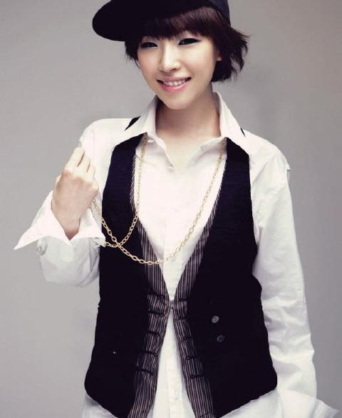Tomboy look suits her just fine too. Omomomomo