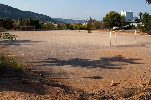 Campo de fútbol entre chalets