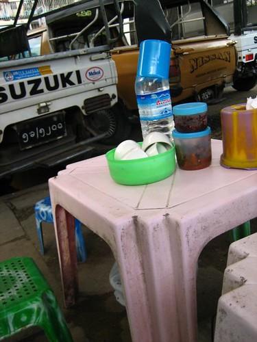 ให้ดูสภาพโต๊ะที่กินด้วย โต๊ะกินข้าวข้างทางที่นี่มักจะเตี้ยๆเช่นนี้ และมีถ้วยชาให้เติมน้ำกินฟรี ซึ่งจะแช่ถ้วยในน้ำ แล้วก็รียูสเอาเอง หนูขออนุญาตไม่กินด้วย
