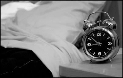El despertador en la mesilla