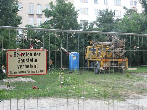 Die ErrichtungsGmbH sieht sich wohl im Recht, selbst wenn sie tätlich wird, nennt das Gelände schließlich in Aussendungen auch Privatgrund.