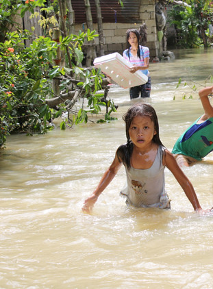 Residents of a flooded village cope with a fifth day under water after typhoon Ketsana swept Bulacan province in the Philippines. (Photo: Catholic Relief Services/flickr)