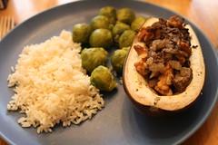 Aubergin fylld med kantareller och valnötter, samt ris och brysselkål