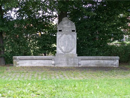 """Originale Stagebeschreibung: """"Hier steht Ihr vor einem alten Kriegerdenkmal. Notiert Euch die hintere Jahreszahl. Die letzte Zahl der Jahreszahl ist A="""""""