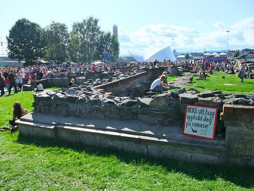 Ikke sitt på ruinene