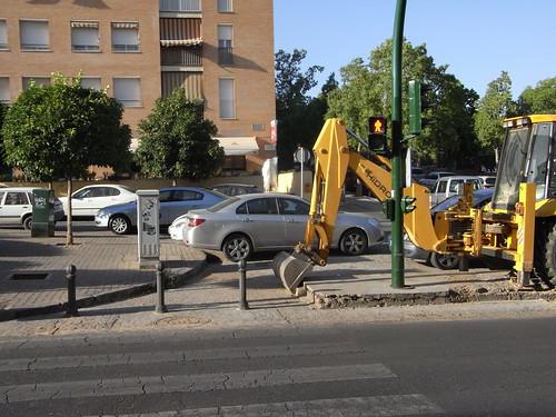 Uno de los semaforos menos accesibles de Córdoba avenida Virgen de Angustias la excavadora hace su contribucion sinergica.