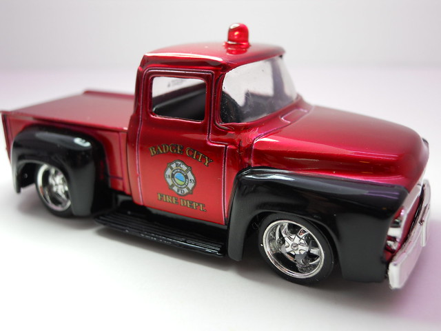 jada toys badge city heat wave 2 '56 ford f-100 fire (2)