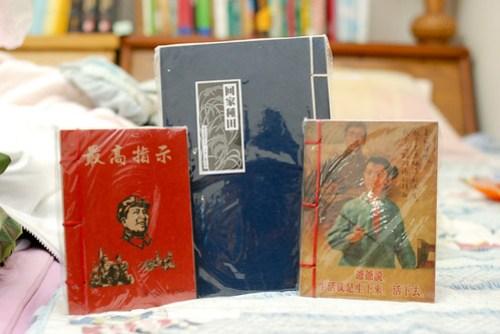 在北京買回來送人的紀念品,最有趣的還是那本「最高指示」啦∼