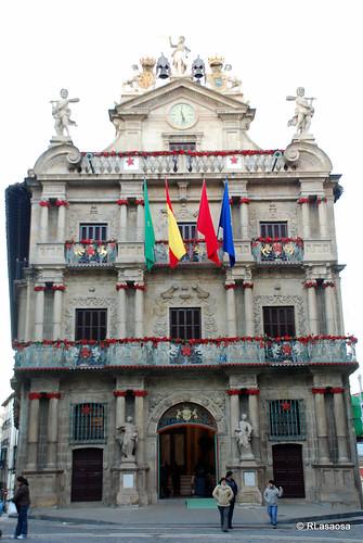 Fachada del Ayuntamiento engalanada para las Navidades