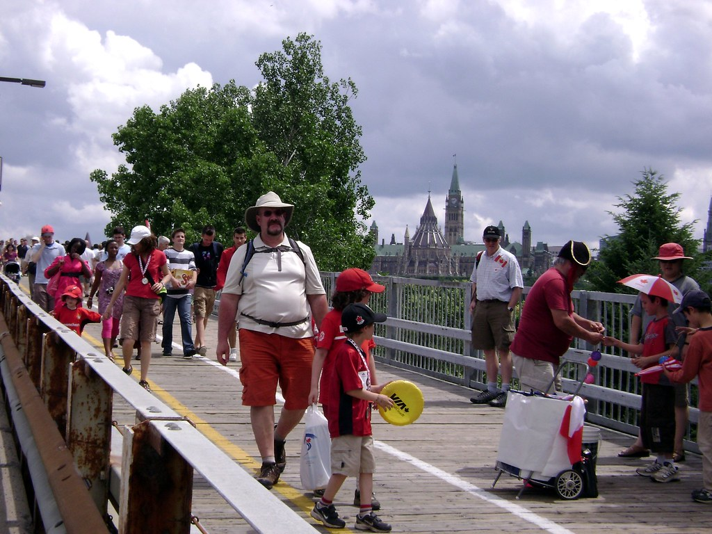 The Alexandra Bridge was crowded with people all day.