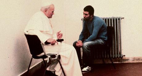 El Papa otorgando su perdón a Mehmet