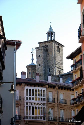 La torre de la Iglesia de San Saturnino vista desde la Plaza Consistorial.