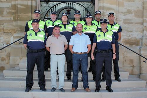 Plantilla completa de la Policía local de Porcuna posando junto a Miguel Moreno, Alcalde de Porcuna, y Felipe Salas, concejal de Urbanismo, Servicios y Tráfico.