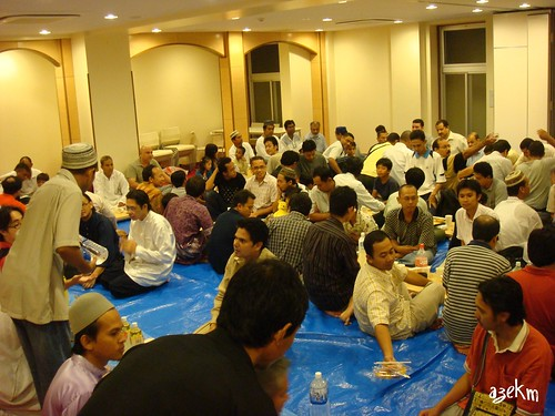 Muslims from all sort of countries gathered to break fast together