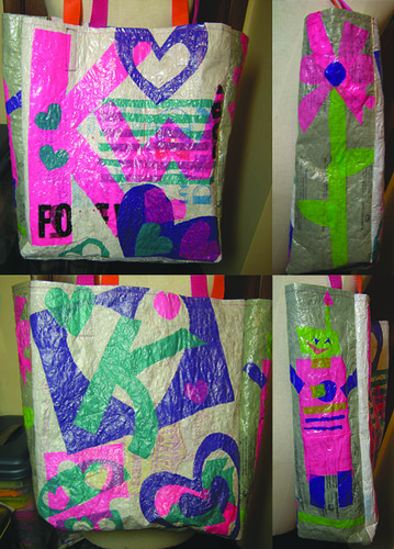 My friend Karri is packing her bags and moving from IOWA to NYC. Wow! Im so excited for her! I wanted to make sure to send her off in style with this recycled plastic bag. Our favorite side is the robot. What do you think?