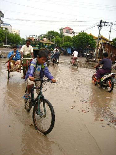 วันที่เราไปฝนตกหนักเชียว น้ำท่วมเละเทะแบบนี้ สภาพอดีตเมืองหลวงอันยิ่งใหญ่อีกเช่นกัน