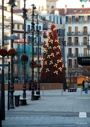 Árbol navideño en la entrada de la Plaza del Castillo