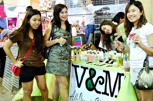 My girls at the booth L-R: Me, Yhel, Dang (booth owner), teeyah