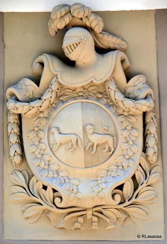 Escudo situado en la calle Estafeta, en la trasera del Hotel La Perla.