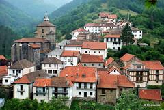 Casas del pueblo e iglesia de Santa Engracia vistas desde el camino de subida al cementerio.