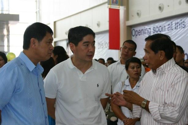 GenSan Mayor Jun Acharon in a huddle with JG Summit Holdings Lance Gokongwei and Press Sec Jess Dureza
