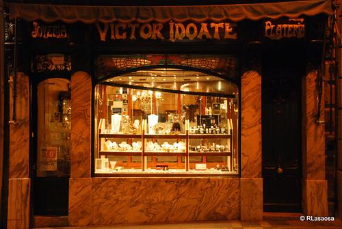 """Escaparate y entrada a la joyería-platería """"Víctor Idoate"""", en la calle Chapitela de Pamplona"""