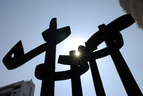 用雕飾和兩旁的高樓串起來