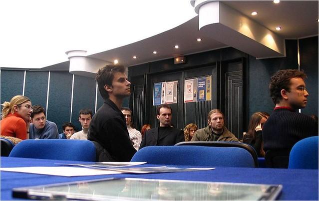 Studenții masteranzi participând la un eveniment academic