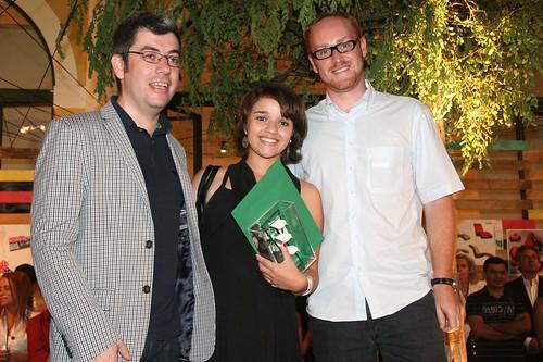 Luisa Jannuzzi Fonseca com Ademir Bueno, gerente de design e tendências da Tok&Stok e o designer Gustavo Bertolini.