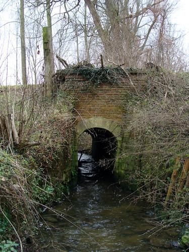 De Molenbeek (boven) stroomt over de Weesbeek (onder)