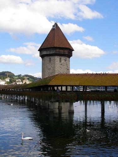 Puente cubierto y la torre en el agua