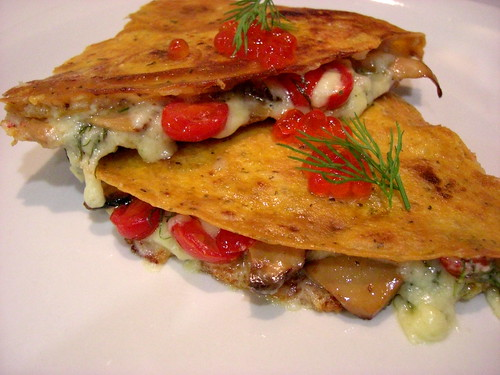 Кесадильяс с лисичками, сыром и помидорами