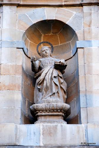 Hornacina con la imagen Santa Ana, situada en la fachada de la Iglesia de los Carmelitas Descalzos, en la calle Descalzos de Pamplona.
