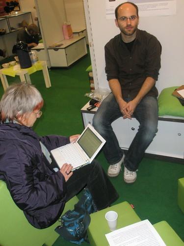 Netbook Samsung NC10 beim Leseexperiment der HU Berlin auf der LIS-Corner auf der Frankfurter Buchmesse 2009 Zeit: 1:59 min