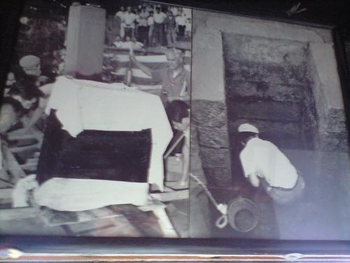 木棺の発掘風景