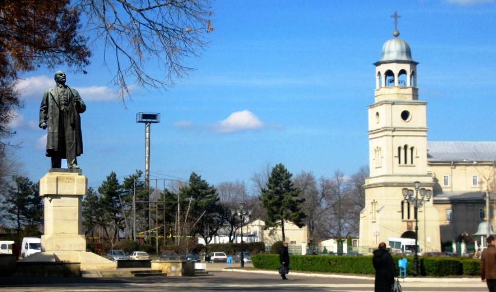 Monumentul lui Ştefan cel Mare din Bălţi, dat jos. Lenin pe soclu!